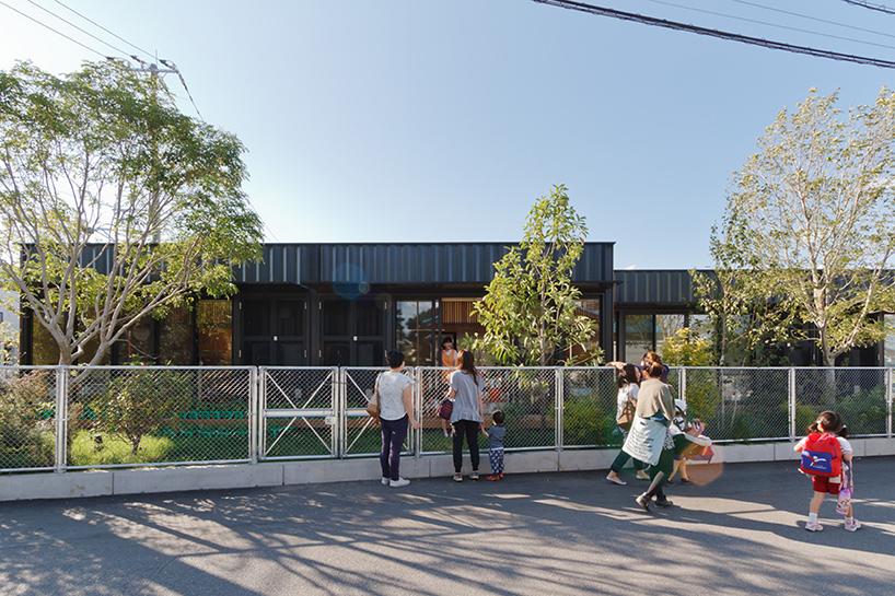 HIBINOSEKKEI-youji-no-shiro-OA-kindergarten-shipping-containers-saitama-japan-designboom-02
