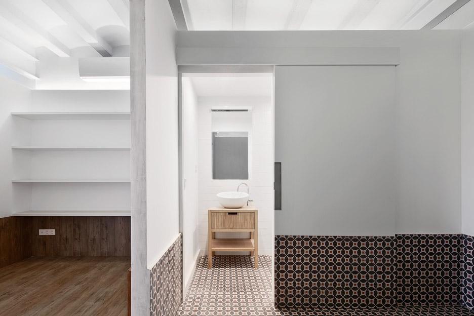 Tamarit-Apartment_Ras-Arquitectura_dezeen_936_10